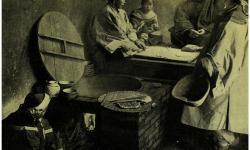 Женщины готовят еду, сидя на протопленном кане. Фотография второй половины 19 века.